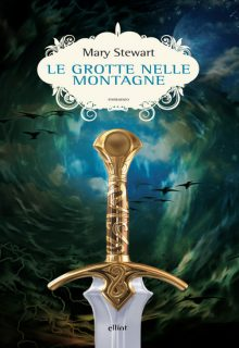 Le grotte nelle montagne è il secondo capitolo della saga su Re Artù di Mary Stewart pubblicato da Elliot nell'agosto 2016 nella collana Scatti